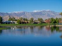 沿一个高尔夫球场的豪华家在棕榈Desert 图库摄影