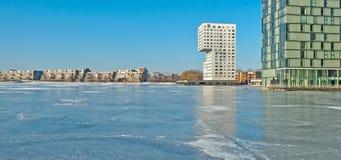 沿一个冻湖的公寓 库存照片
