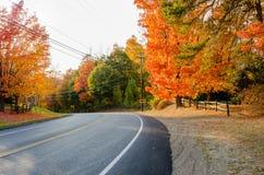 沿一条乡下公路的曲线在秋天 免版税库存图片