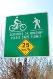 沿一条共同的小径车行道的活动警报信号 库存图片