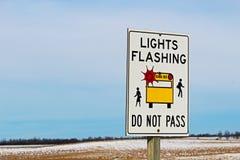 沿一条农村高速公路的光闪动的校车标志 免版税图库摄影