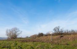 沿一条宽河的公里标志在荷兰 免版税库存照片