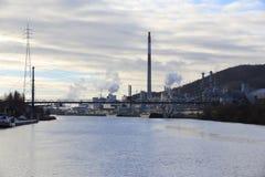 沿一条河的化工业微明的 库存照片