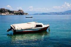 沿一条河的小船旅行在科孚岛希腊 在干净的大海的船 岸视图的前政务司官邸 希腊美好的风景 Whi 库存图片
