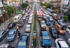 沿一条繁忙的路的交通堵塞在曼谷 免版税图库摄影