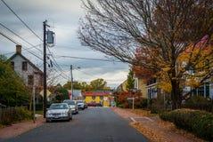 沿一条街道的秋天颜色在圣Michaels,马里兰 库存照片