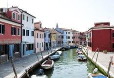 沿一条运河的五颜六色的房子在Burano,威尼斯,意大利 Burano是一个海岛在为它色的家已知的威尼斯式盐水湖 库存照片