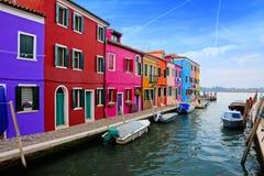 沿一条运河的充满活力的房子在威尼斯,意大利附近的五颜六色的Burano 库存照片