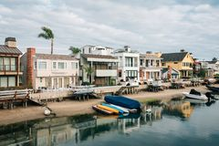 沿一条运河的议院在巴波亚海岛上,在新港海滨,橙县,加利福尼亚 图库摄影