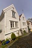 沿一条鹅卵石街道的传统白色木房子在老镇斯塔万格,挪威 库存图片