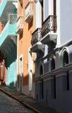 沿一条鹅卵石街道的淡色大厦在老圣胡安 库存图片
