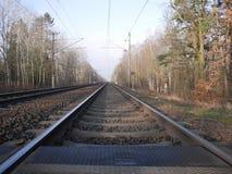 沿一条离开的铁路轨道的低角度视图 图库摄影