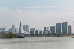 沿东平河边的现代大厦 免版税库存图片