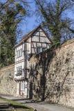沿中世纪城市墙壁的Wiek议院,新勃兰登堡, Mecklen 免版税库存图片