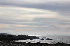 沿中国岩石, 17英里驱动,加利福尼亚,美国的海岸 免版税库存照片