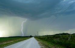 沿乡下公路的雷击 库存图片