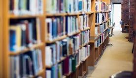 沿书架的走道在大学图书馆里 库存照片