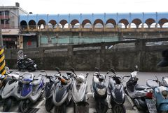 沿从基隆火车站的街道在海湾旁边有台湾人许多地方商店和老文化镇  免版税库存图片
