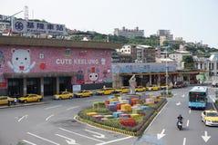 沿从基隆火车站的街道在海湾旁边有台湾人许多地方商店和老文化镇  库存图片