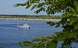 沿伏尔加河的步行 免版税图库摄影