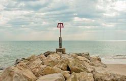 沿伯恩茅斯海滩的沿海岩石场面在多西特 免版税库存图片