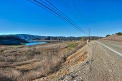 沿低级湖的农村路 免版税图库摄影
