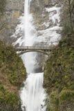 沿供徒步旅行的小道的桥梁在Multnomah秋天 免版税图库摄影