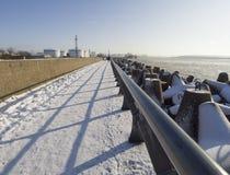 沿克莱佩达的波罗的海的堤防在立陶宛在一个晴朗的冬日 库存照片