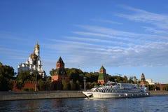 沿克里姆林宫的巡航游艇风帆 彩色照片 图库摄影