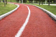 沿公园的空的走的/跑的轨道 库存图片