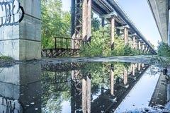 沿具体桥梁背景的空的路 免版税库存图片