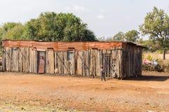 沿内罗毕路的木和金属板谷仓向Ambosseli公园 免版税库存图片