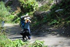 沿冠上的尼泊尔搬运程序路 免版税库存图片