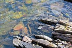 沿加拿大盾的水边缘的分裂岩石 库存图片