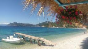 沿卡拉莫斯岛海岛,希腊的海岸线 免版税图库摄影