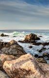 沿17米尔驱动的HDR岩石海岸线 免版税库存图片