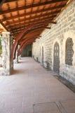 沿古老门廊墙壁 库存图片