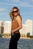 沿可爱的海湾妇女 库存照片