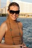 沿可爱的海湾妇女 免版税库存照片