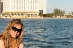 沿可爱的海湾妇女 库存图片
