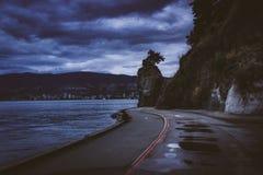 沿史丹利公园防波堤道路的Siwash岩石 免版税库存照片