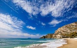 沿含沙海滩的海岸 免版税库存照片