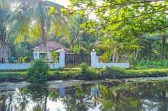 沿哈密尔顿` s运河,斯里兰卡的村庄 免版税库存照片