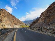 沿喀喇昆仑山脉高速公路的老丝绸之路在巴基斯坦 库存照片