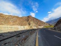 沿喀喇昆仑山脉高速公路的老丝绸之路在巴基斯坦 免版税库存图片
