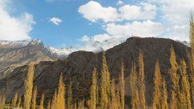 沿喀喇昆仑山脉高速公路的Mountainscape,巴基斯坦 免版税库存图片