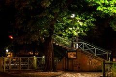沿圣马丁运河的边路在夜之前 法国巴黎 免版税库存照片