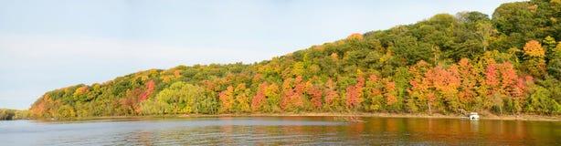 沿圣Croix河的秋天颜色 免版税库存图片