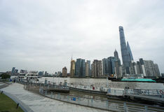 沿在上海采取的东方珍珠塔对面的河沿 免版税图库摄影