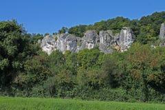 沿在运河du nivernais,岩石和峭壁, clamecy的velo 免版税库存照片